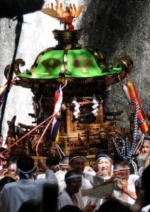 R_34神輿の滝浴び1