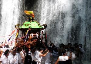 R_34神輿の滝浴び3