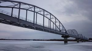 凍る米代川